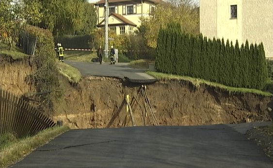 A still image taken from Reuters video shows a crater that appeared in the early hours in the central German town of Schmalkalden, November 1, 2010. A huge crater measuring 30 by 40 metres has opened up in the middle of a residential estate, according to local police.   REUTERS/Reuters TV   (GERMANY - Tags: DISASTER SOCIETY) Schmalkalden