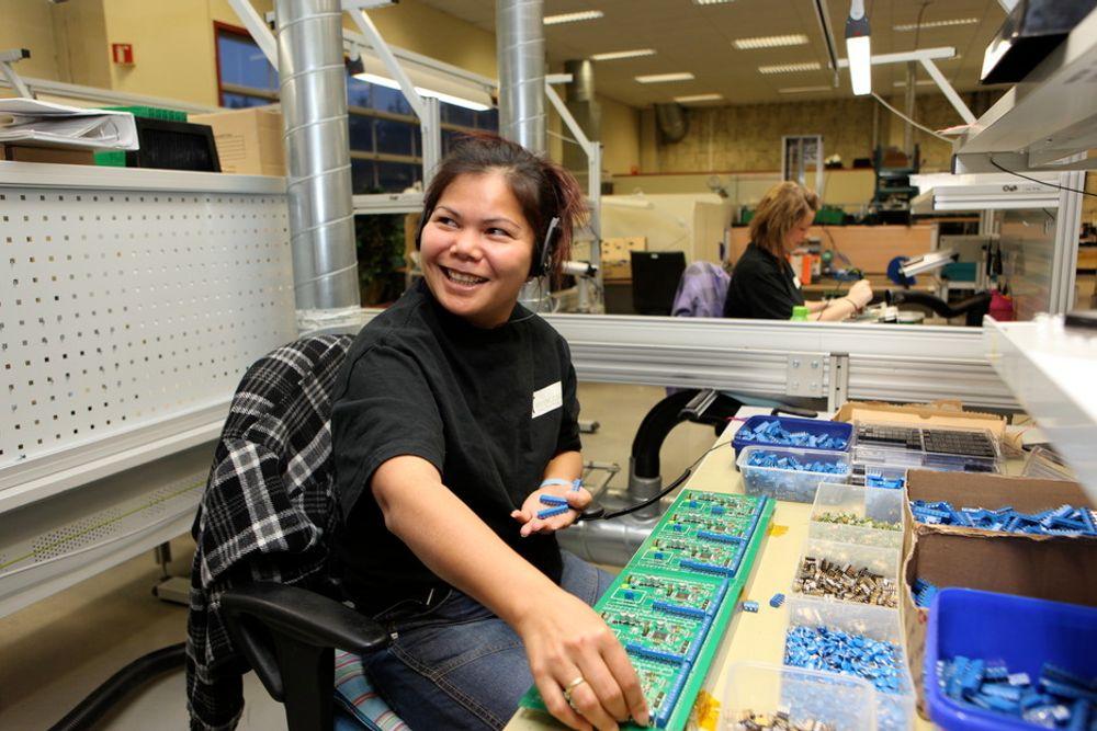 Rinda Hersdal gjør noe av det manuelle arbeidet på produkter fra Electronics. Ellers er svært mye av produksjonen automatisert.