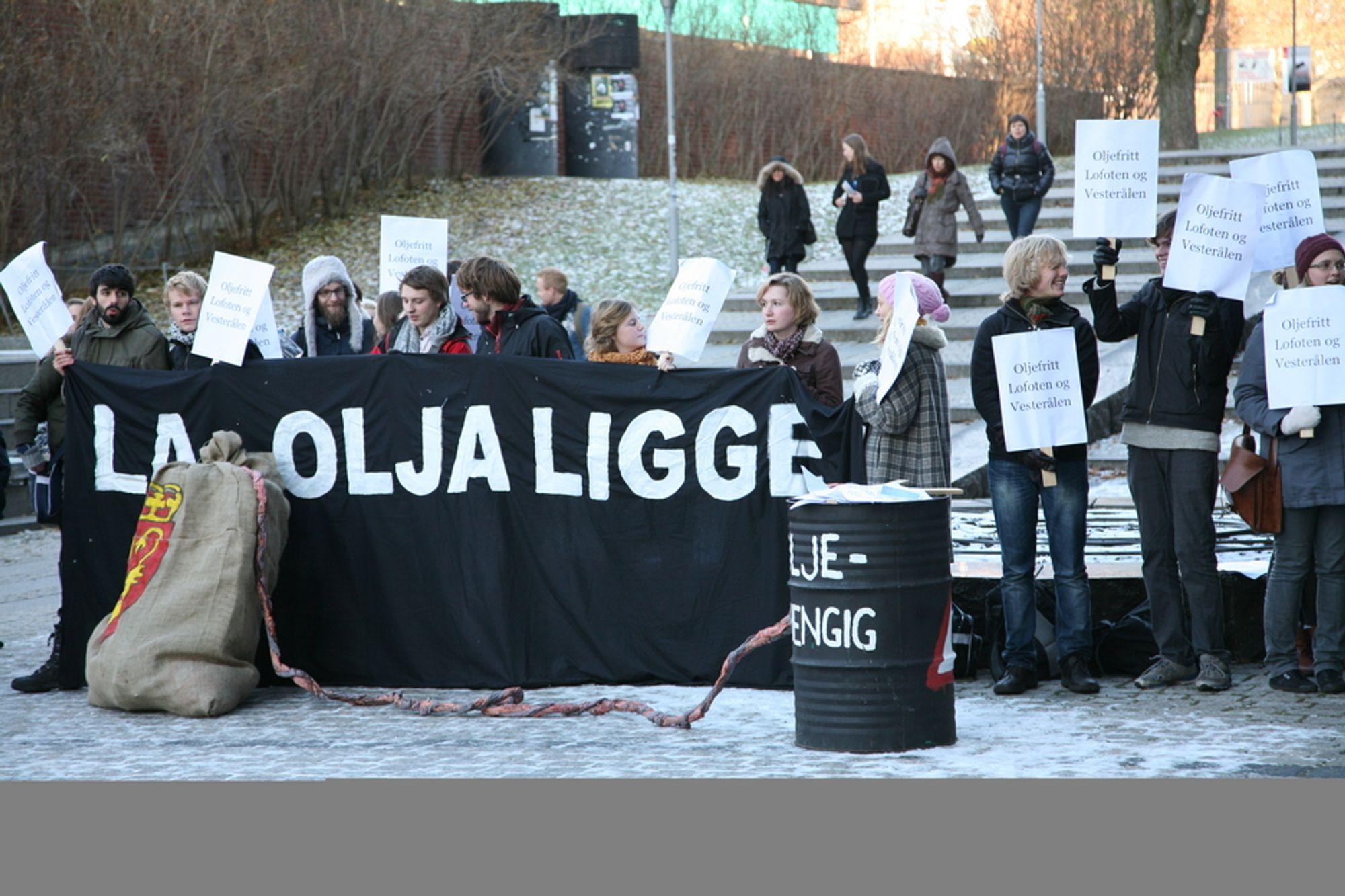 AVFEIER MOTSTANDEN: Demonstrasjon mot oljeboring i forbindelse med en forelesning statsminister Jens Stoltenberg nylig holdt i Oslo. Norsk Industri viser ingen forståelse av oljemotstandere som ikke ønsker en konsekvensutredning av eventuell oljeboring.
