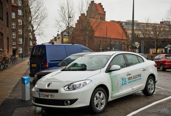 Renault Fluence ZE er konstruert for hurtig batteribytte. Den selges for 218 000 kroner i Danmark, med levering fra oktober, men i tillegg kommer minst 1 500 kroner i måneden i batterileie.
