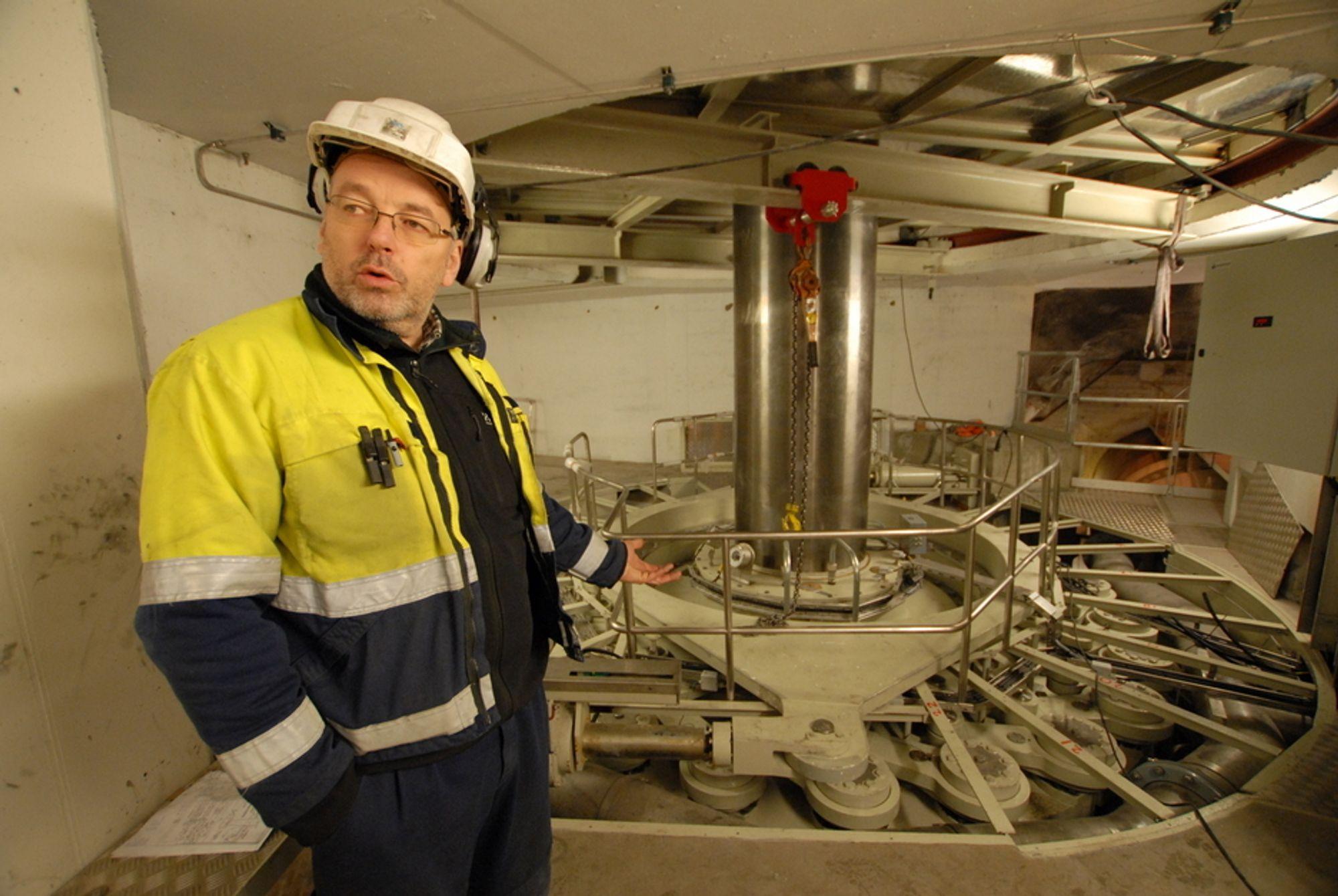 NYE PROBLEMER: Det er oppstått sprekker i løpehjulet på det nye Svartisen-aggregatet. På bildet, tatt i desember, viste kraftverksjef Karl Svein Thorrud fram turbinregulator for det nye aggregatet.