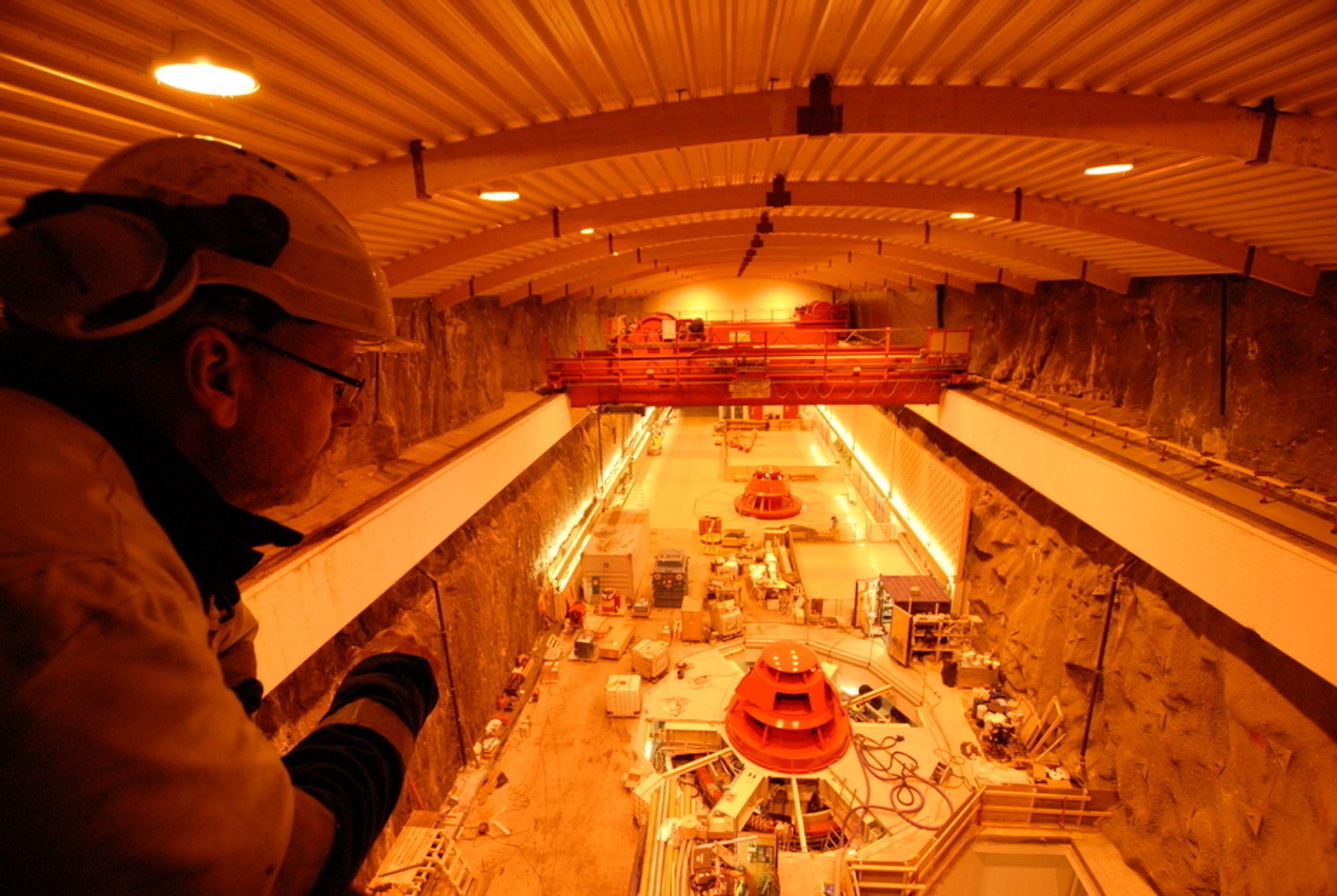 SNART FERDIG: Kraftverksjef Karl Svein Thorrud skuer utover maskinsalen i Svartisen kraftverk, hvor en ny turbin skal testkjøres.