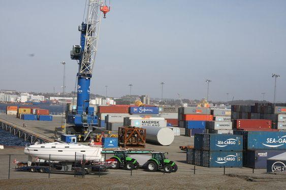 GODS: Containerhavnen i forgrunne og NorSea-basen i bakgrunne. Bak knausen ligger idylliske Tananger.