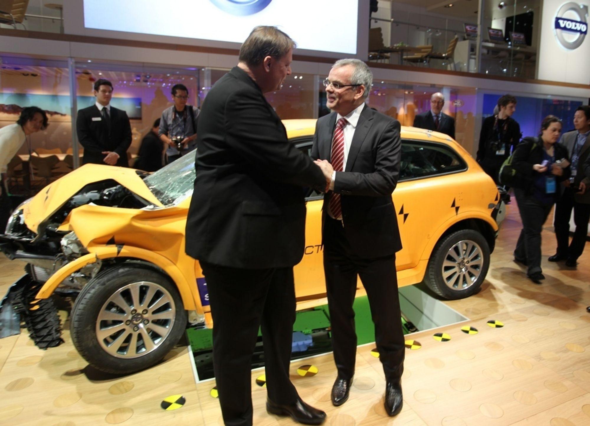 Volvo-sjef Stefan Jacoby (t.h) trenger 900 nye ingeniører blant annet for å utvikle flere elbilmodeller, slik som denne C30-en.
