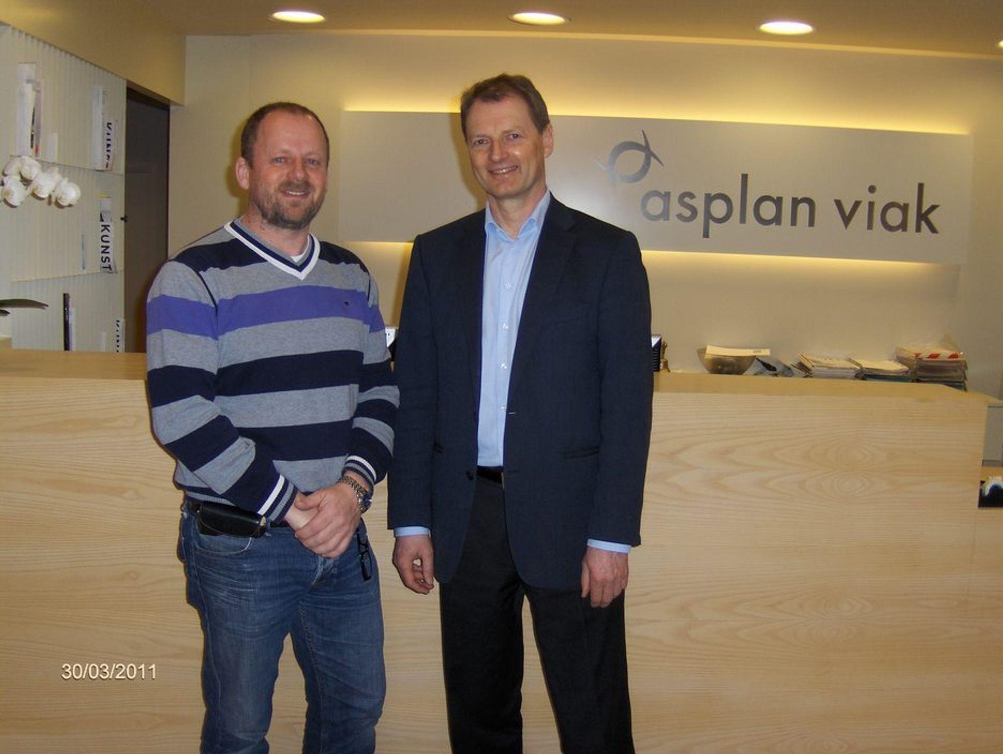 SAMMEN: Petter Nome, til venstre, har solgt selskapet sitt til Asplan Viak, her representert ved administrerende direktør Øivind Mork.