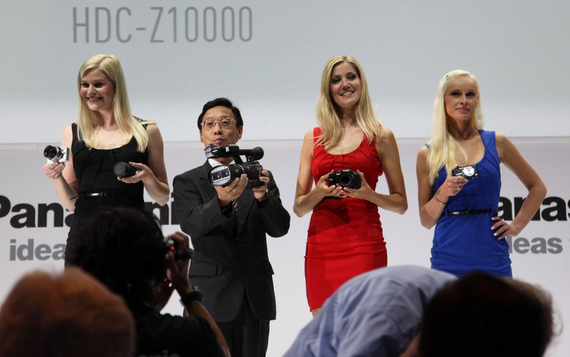 BLONDINER OG EN ASIAT: Panasonic lot disse damene kaste glans over dagens pressekonferanse.