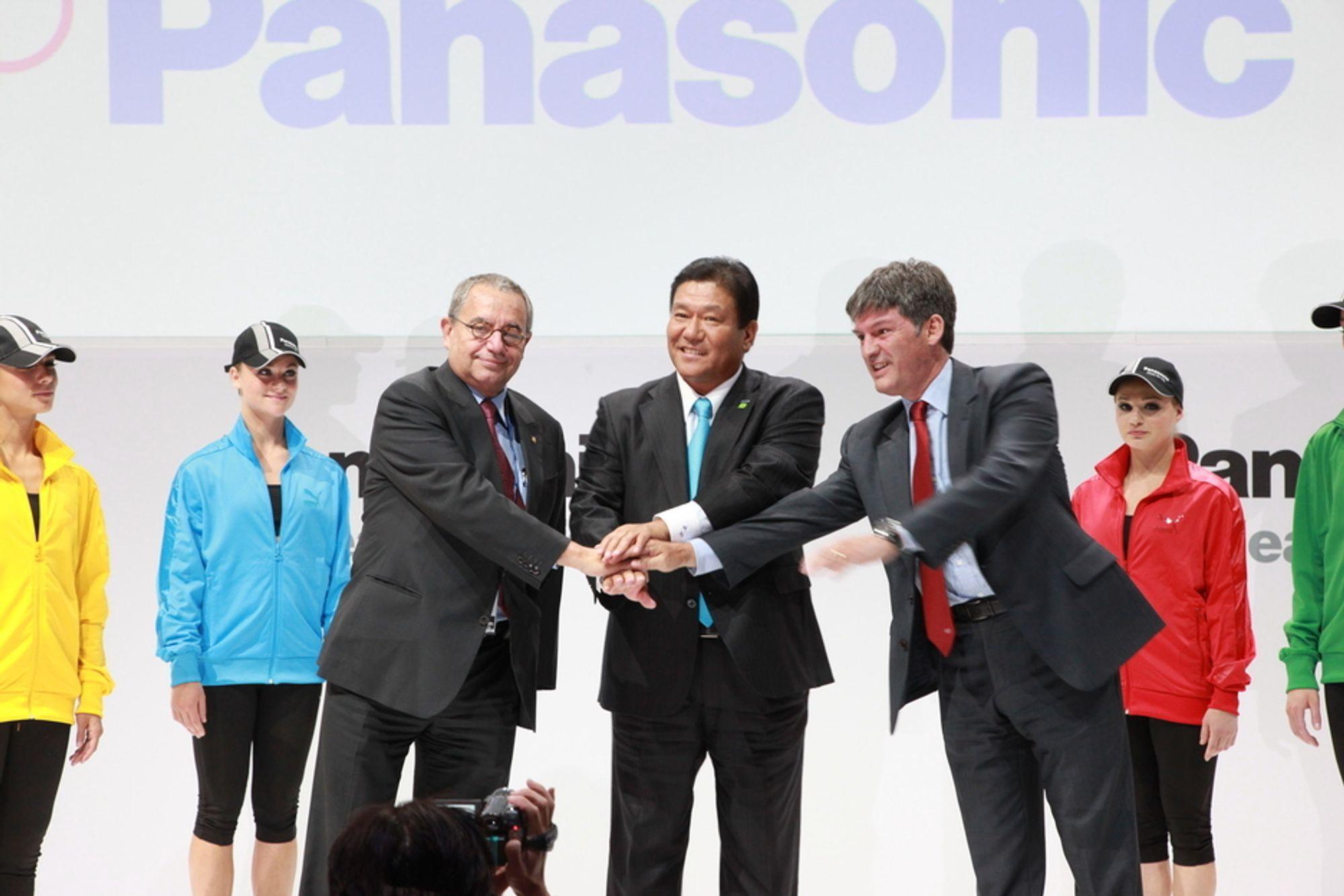 Panasonic-sjef Takumi Kajisha (i midten) og sjef for de olympiske TV-sendingene, Manolo Romero, tok hverandre symbolsk i hendene for å annonsere at neste års OL skal sendes i 3D.