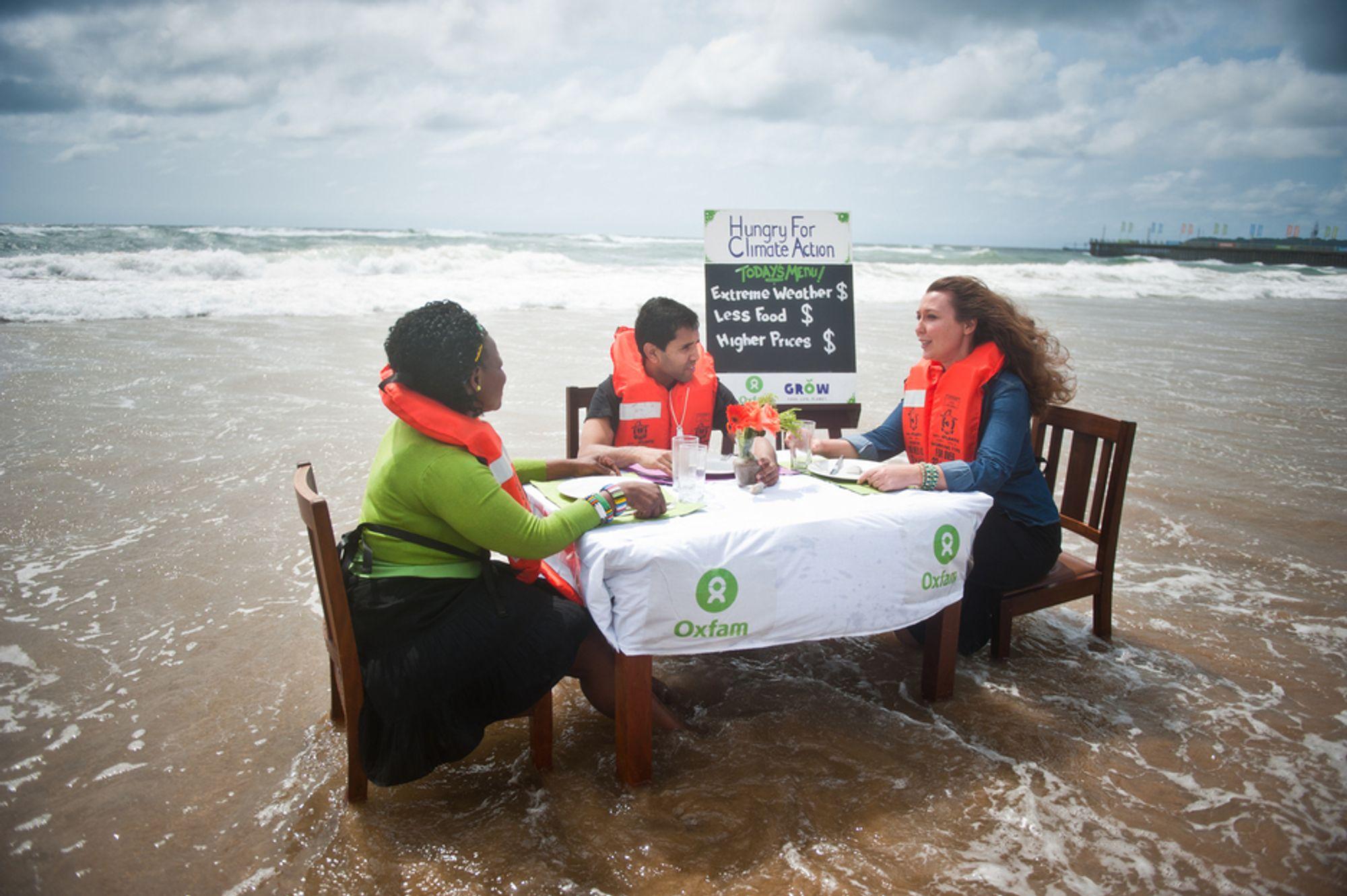 Organisasjonen Oxfam demonstrerer mot konsekvensene av klimaendringer på stranden under klimatoppmøtet i Durban i Sør-Afrika.