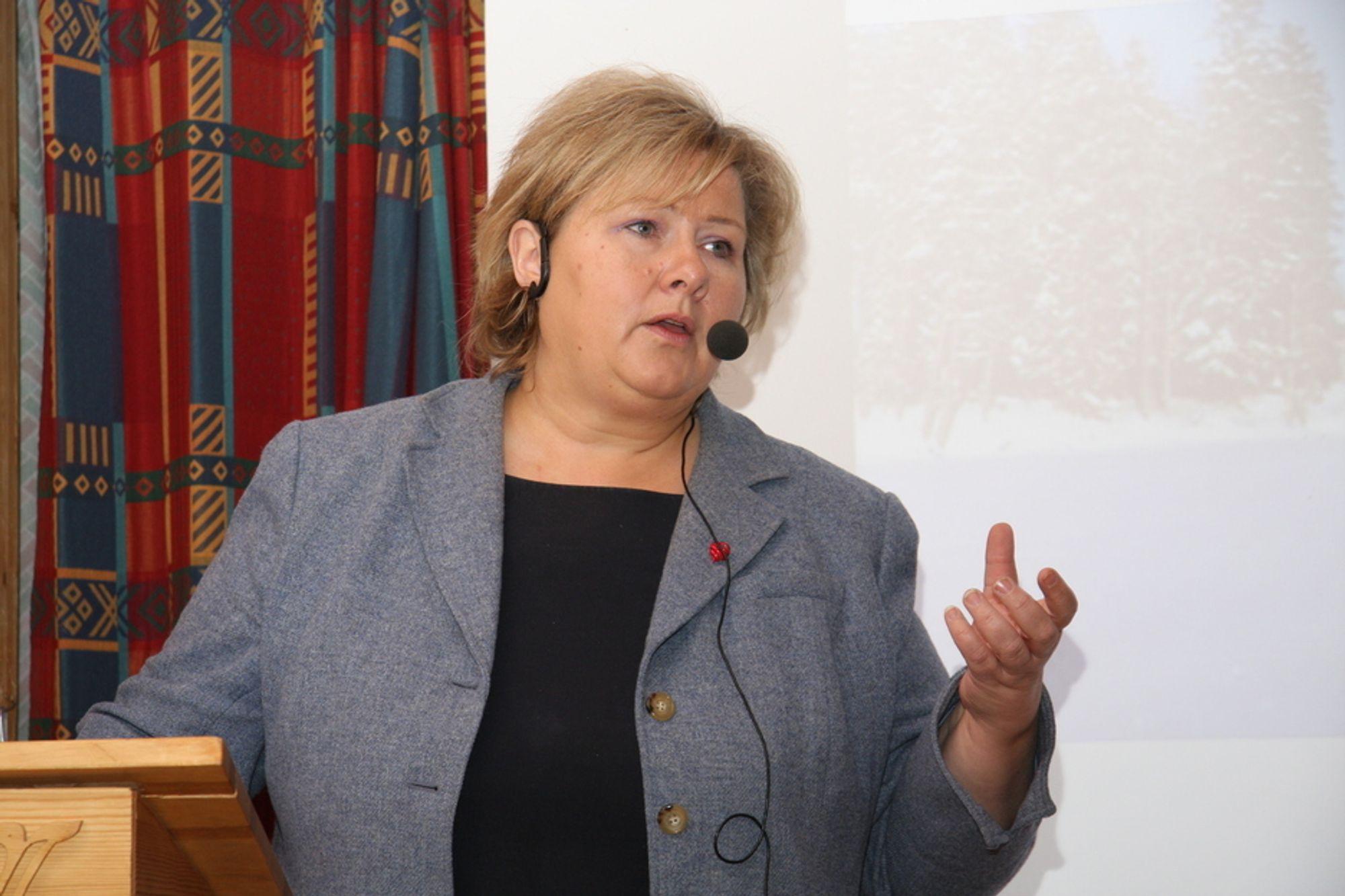 SIER JA: Partileder Erna Solberg sier at Høyres løsning tilfredsstiller direktivets minimumskrav, men at det vil være en betydelig innstramming sammenlignet med dagens praksis.