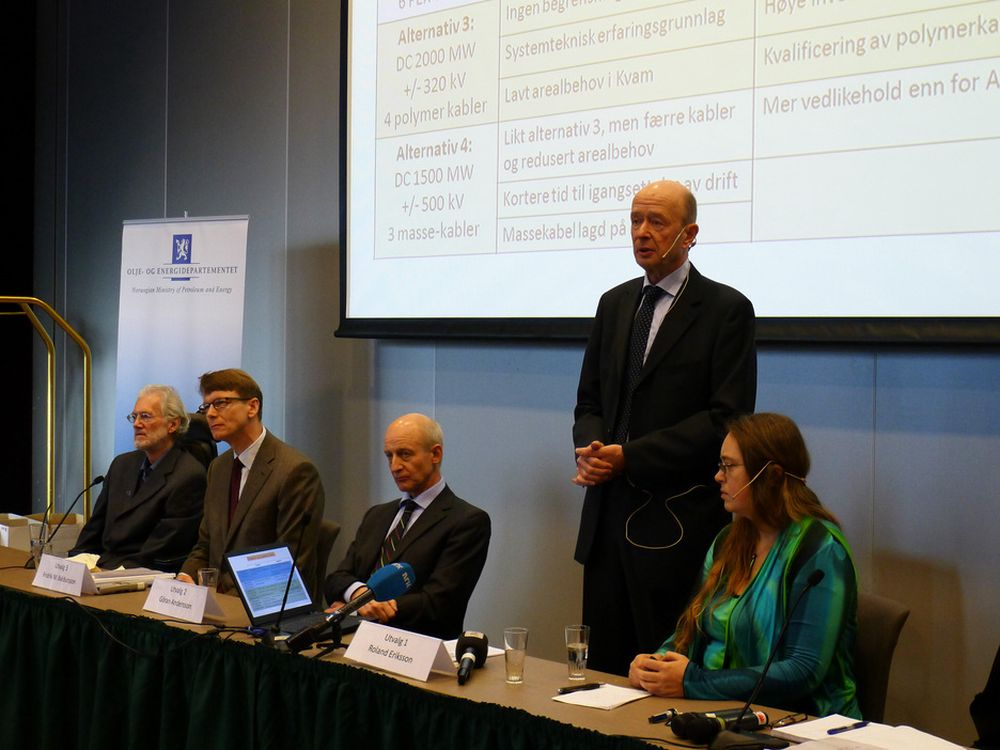 KREVENDE: Leder for et av de fire regjeringsoppnevnte ekspertutvalgene, Roland Eriksson,  legger fram en rapport som viser at det blir krevende å legge sjøkabel i Hardanger.