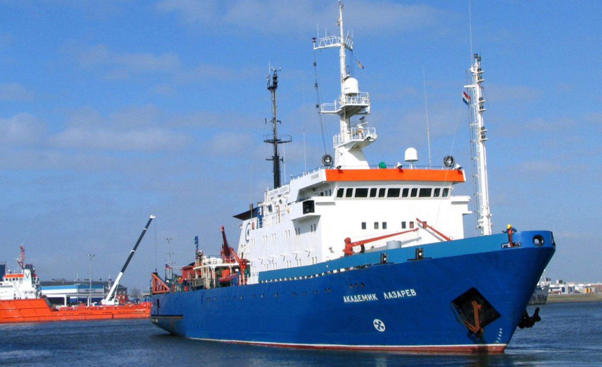 Det begynte å brenne i det russiske seismikkskipet Akademik Lazarev søndag kveld. Skipet eies av Sevmorneftegeofizika.
