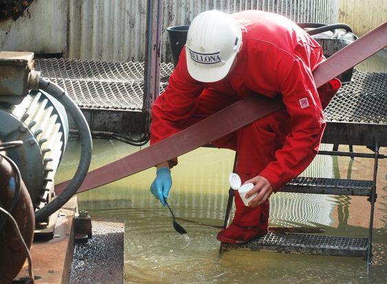 Bellona-aksjon mot Oleon i Sandefjord 200611 Bellona-aksjon mot Oleon i Sandefjord 200611. Sindre Stub tar prøver