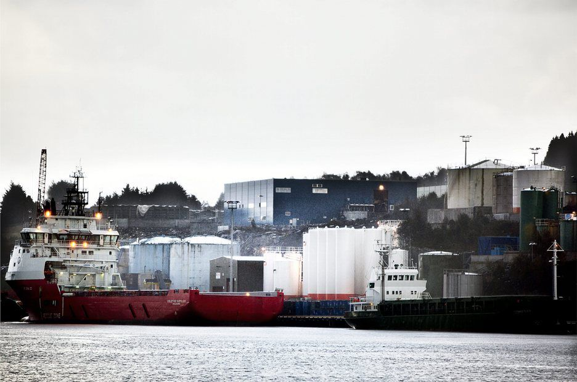 SPRENGT: Her kommer forsyningsskipene inn med farlig avfall fra Statoils plattformer og leverer til tankene hos DVS Norge. Selskapet utvider nå behandlingsanlegget for farlig avfall på Mongstad, men er forsinket. DVS har foreløpig ikke kapasitet til å behandle alt de får betalt for å ta imot.