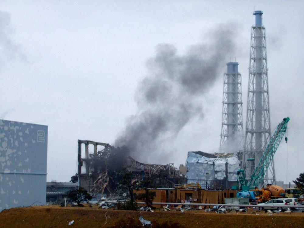 IKKE OVER: Foto av reaktor nummer tre i Fukushima-anlegget mandag denne uka. Nå kan beholderen til brenselstavene her være skadd.