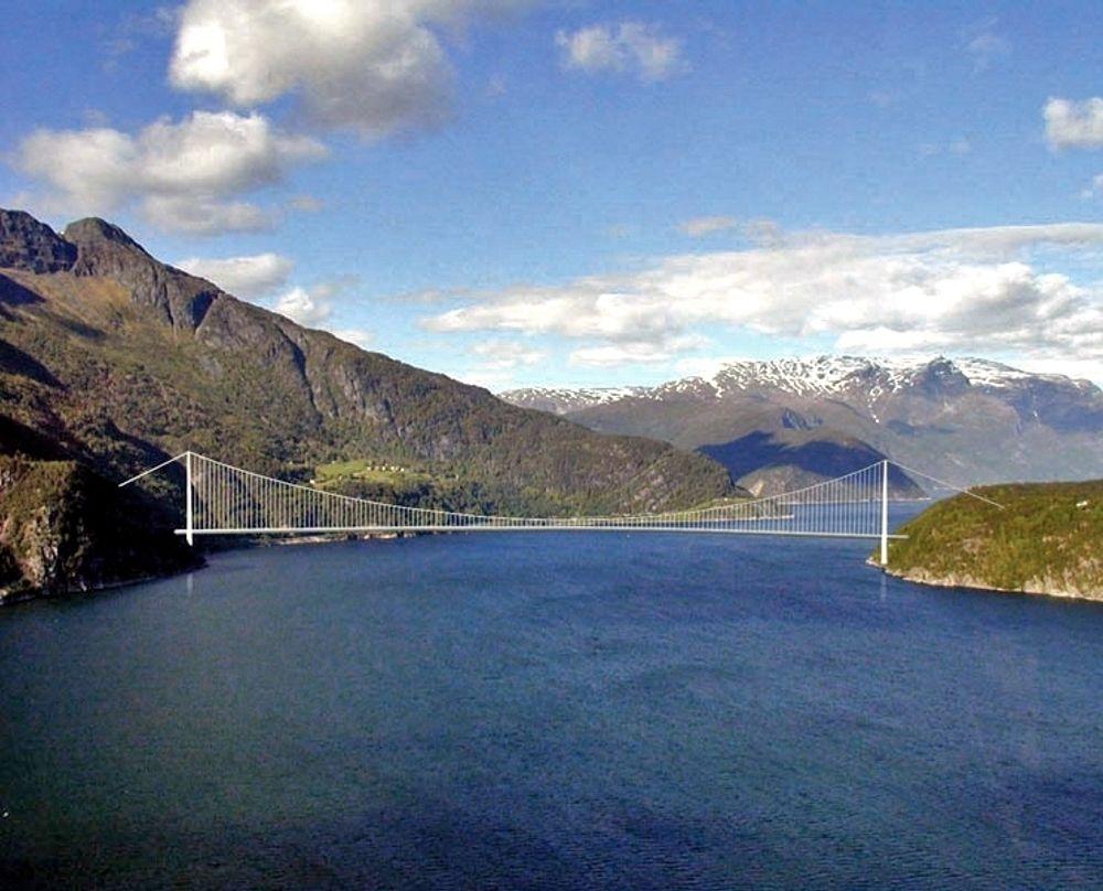 Utenlandske entreprenører har mye å gjøre på Hardangerbrua. Det blir mer hvis Vegvesenet ikke finner regnefeil eller uakseptable forbehold i elektroanbudene. Ill.: Statens vegvesen