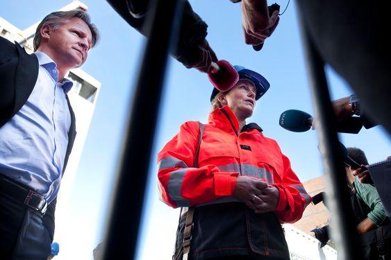 Kommisjonsleder Alexandra Bech Gjørv intervjues foran regeringsbygget.
