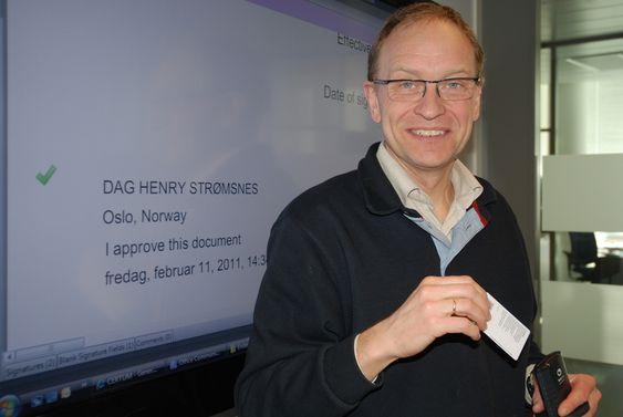 Avdelingsdirektør Dag Strømsnes, avdeling for offentlige anskaffelser, Difi, signerte avtaleom e-signatur med polske Unizeto med smartkort og pc i Oslo.