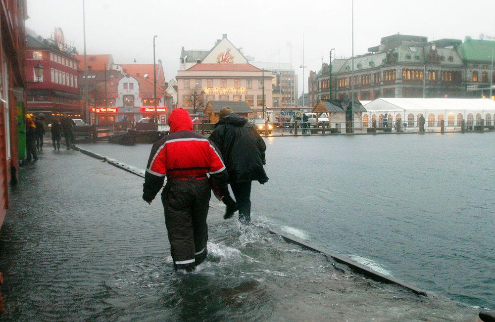 BERGEN: I 2005 gikk vannet over kaikanten i Bergen. Det var den gangen stormen Inga som skapte store oversvømmelser flere steder i landet. I fremtiden kan slikt skje oftere, men ansvarsforholdet hos myndighetene er fortsatt uklart.