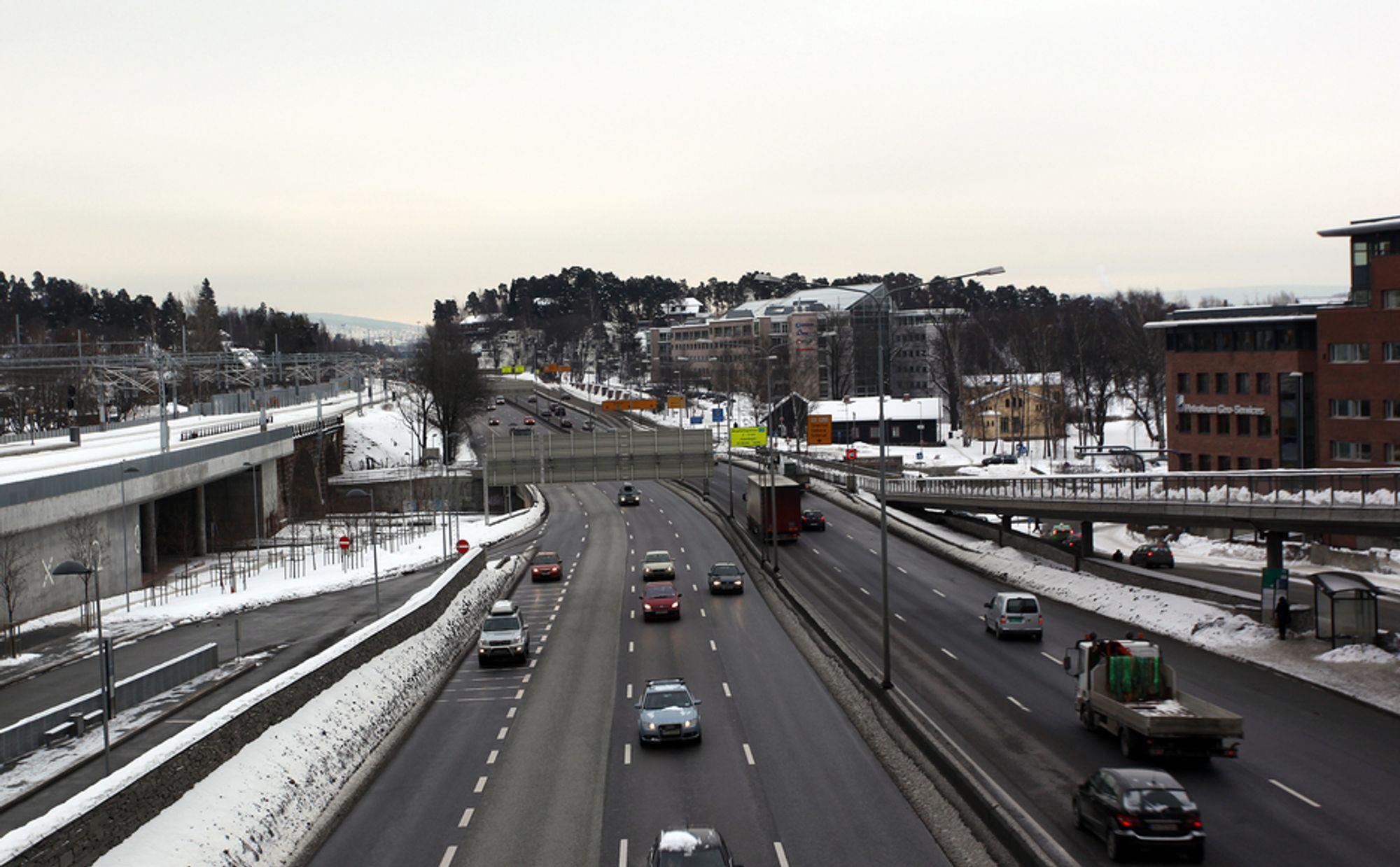 Beboerne i de store byene er mest fornøyde med veistandarden. Her E18 ved Lysaker i Oslo.