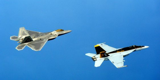 En F-22A Raptor (t.v) fra Kadena Air Base, Japan, i trening sammen med en F/A-18 Super Hornet fra den amerikanske marinen.
