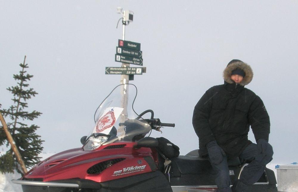 UT PÅ TUR: Daglig leder Johan Ivarson hos WNC måtte ut med snøscooter for å korrigere sensorene da snøtemperaturene ikke var pålitelige.