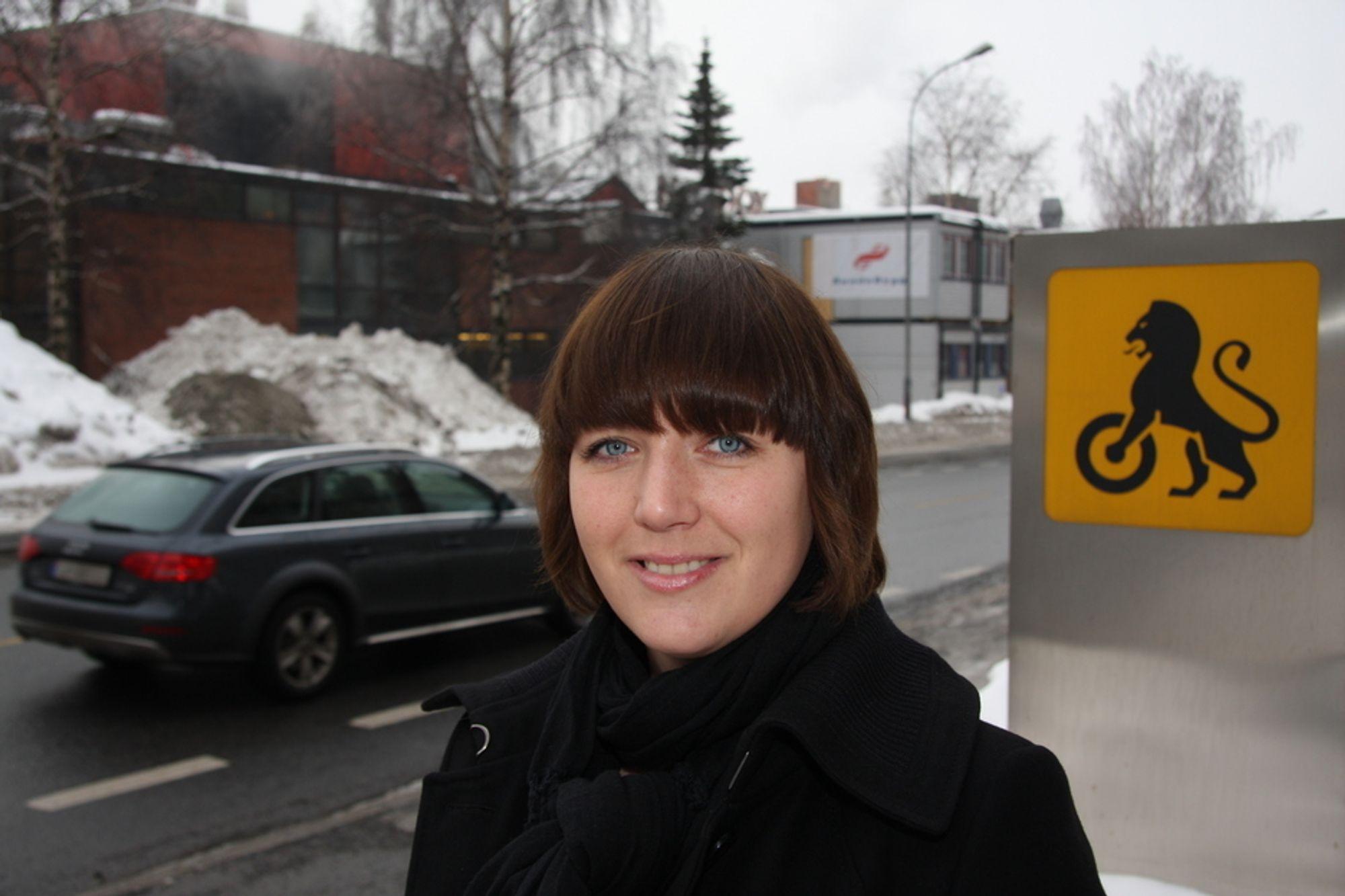 KREVER LAVERE BILAVGIFTER: I en ny rapport om norske bilavgifter, krever NAF at myndighetene reduserer avgiftene. - Det er ikke opplagt at en stor bil skal koste mye mer enn en liten, sier Christina Bu i NAF.