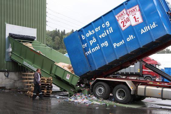 INN: Hver dag triller det inn lastebiler og containere med 280.000 PET-flasker og 1 million bokser for sortering og komprimering på Alnabru i Oslo.