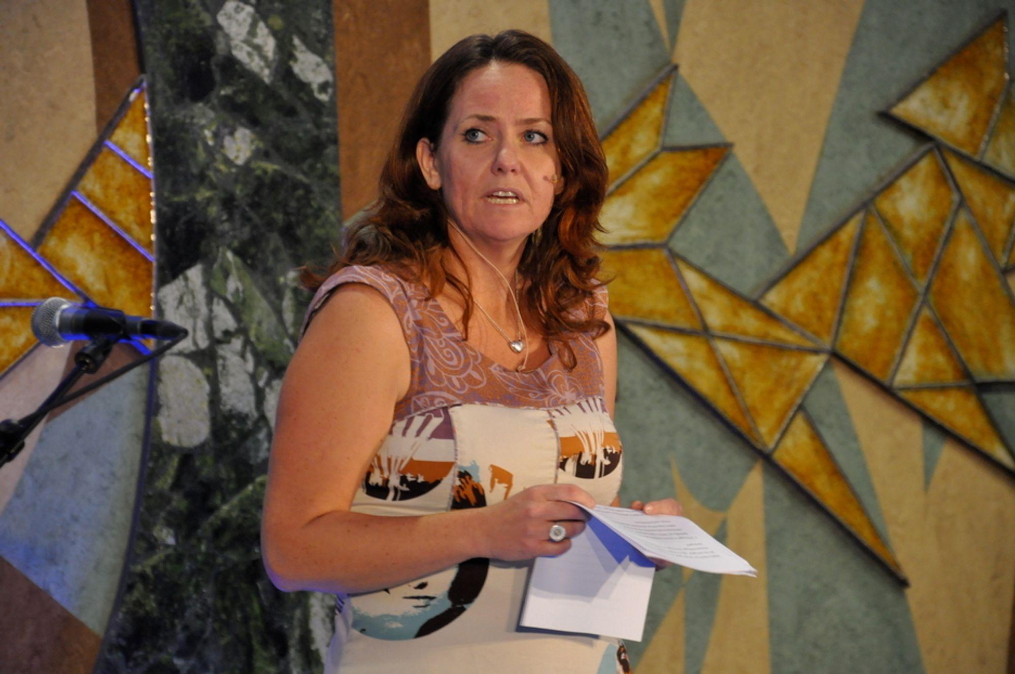 KAMUFLASJEKJOLE: Kjolen til statssekretær Heidi Sørensen (SV) i Miljøverndepartementet, gikk omtrent i ett med veggdekorasjonene bak henne.