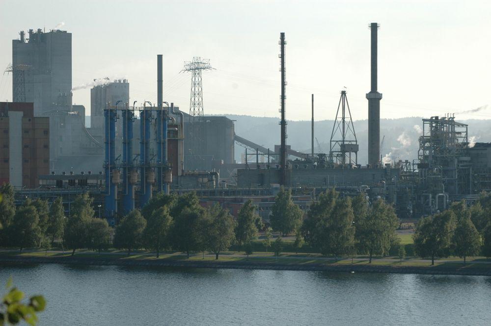 TREDOBLET STRØMPRIS: Dette er Yaras gjødselsfabrikk på Herøya i Porsgrunn. Produsenter av kjemiske råvarer betalte nesten tre ganger så mye for strømmen i 2009 som i 1990. Dette kan gjøre det vanskeligere for norske bedrifter å konkurrere med utlandet.