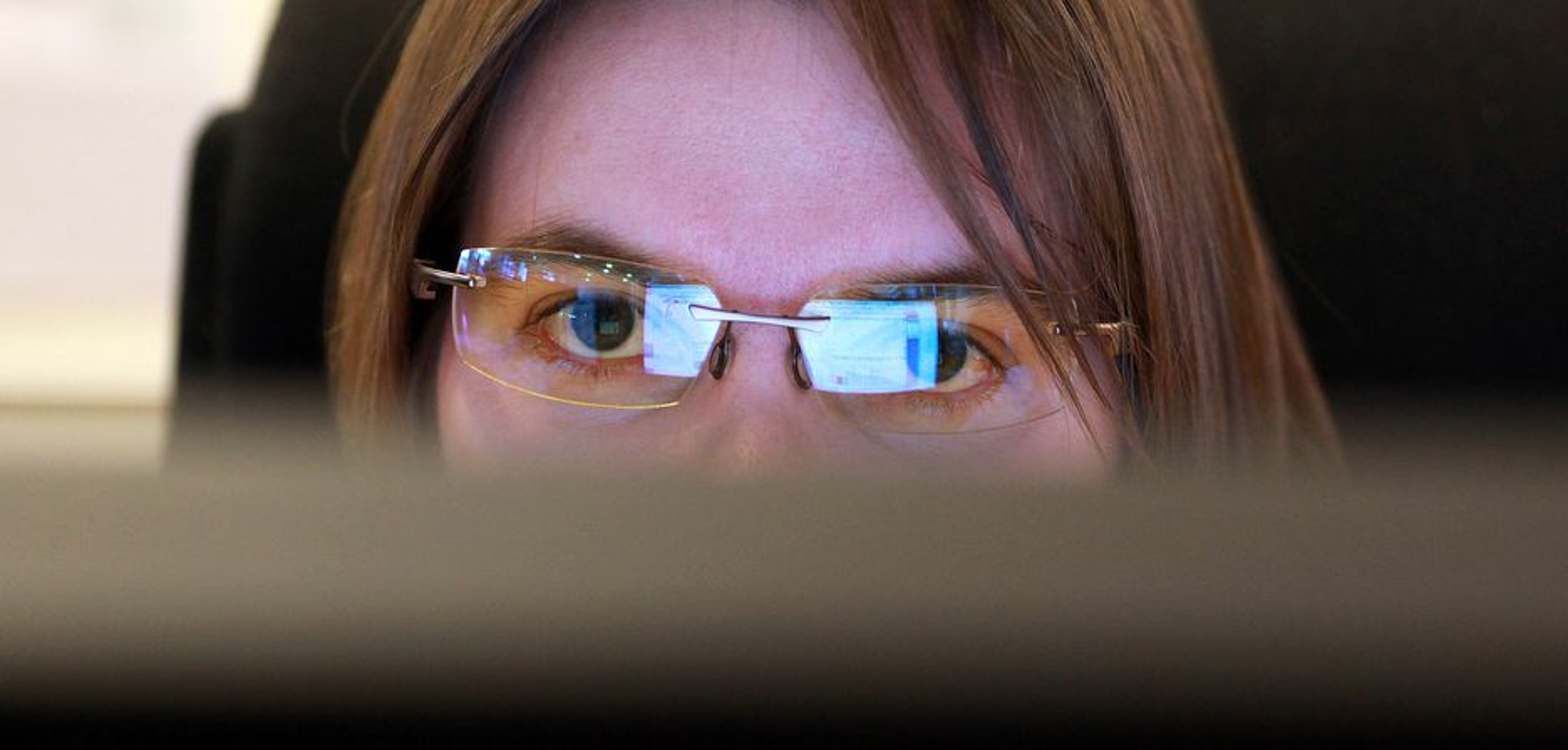 BESKYTTER: Ved hjelp av kurvede glass holder brillene klimaet rundt øynene fuktig, samtidig som glasset gjør det lettere å se skjermen fra ulike vinkler.