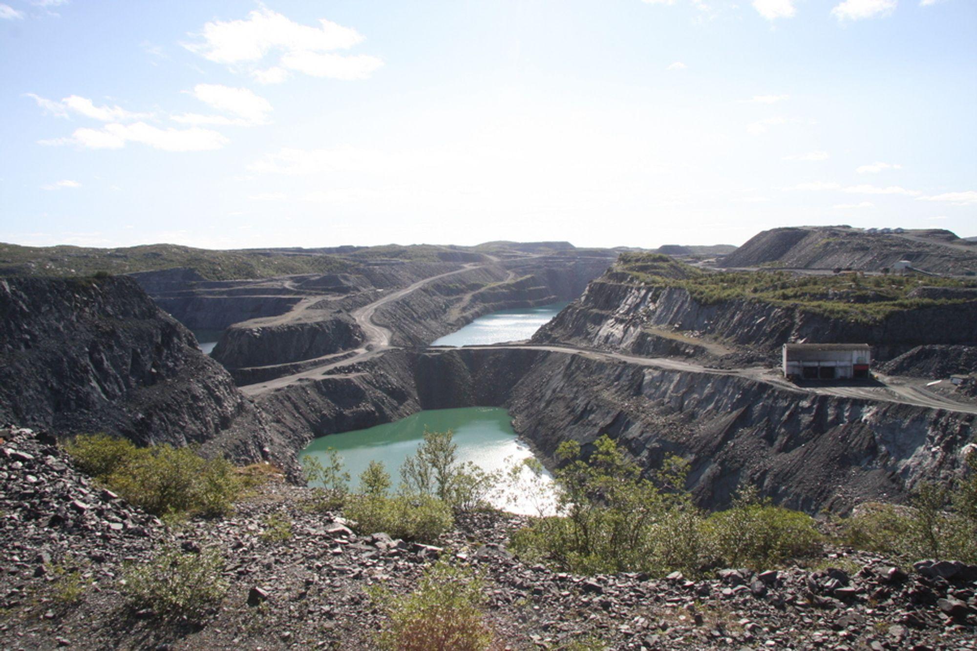 OMSTRIDT: Enormt med masser er tatt ut av gruvene i Sydvaranger. Avfallsstoffer går rett i Bøkfjorden. Foto: Camilla Aadland