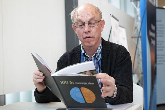 IDÉRIK: Hans Christian Erlandsen har skrevet bok om norske oppfinnelser gjennom 100 år. FOTO: Fredrik Drevon.