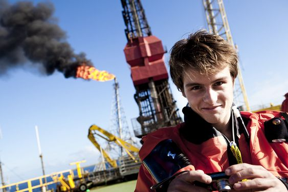 Prisvinner Christopher Gaudestad på helikopterdekket til Statfjord A. Normalt er ikke flammen fra fakkelen på plattformen like stor som dette, men på grunn av mottaksproblemer på gassterminalen St.Fergus i Skottland, var man nødt til å fakle noe av gassen midlertidig.