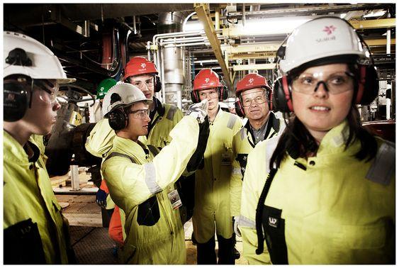 Elevene får omvisning i det enorme produksjonsområdet på Statfjord A. Fra venstre Ottar Sandvik Aas, Christopher Storm Larsen, Kristian Lans Syvertsen, Einar Johan Ruud, lærer Oddvin Gaudestad og Anne Karin Gilleshammer fra Statoil.