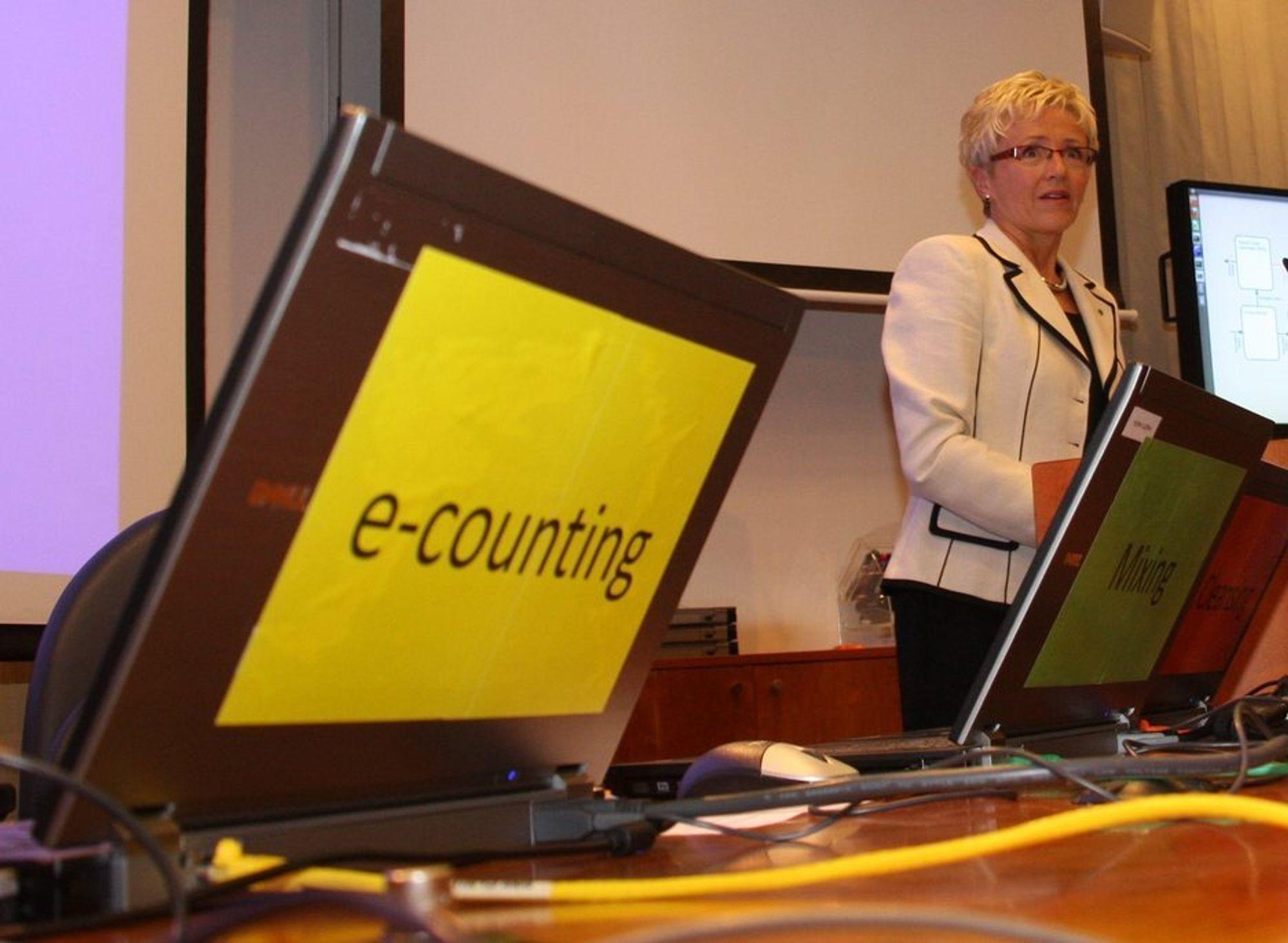 GRANSKES: E-valg 2011 i regi av kommunalminister Liv Signe Navarsetes departement har sterk sikkerhet med det siste innen kryptografi, men nå må fenomenet med velgeren som det svake ledd granskes.