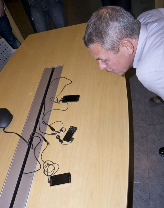 TESTING TESTING: Teknologisjef for tale i Telenor, Morten Ramberg, demonstrerer telefoner med og uten HD Voice.
