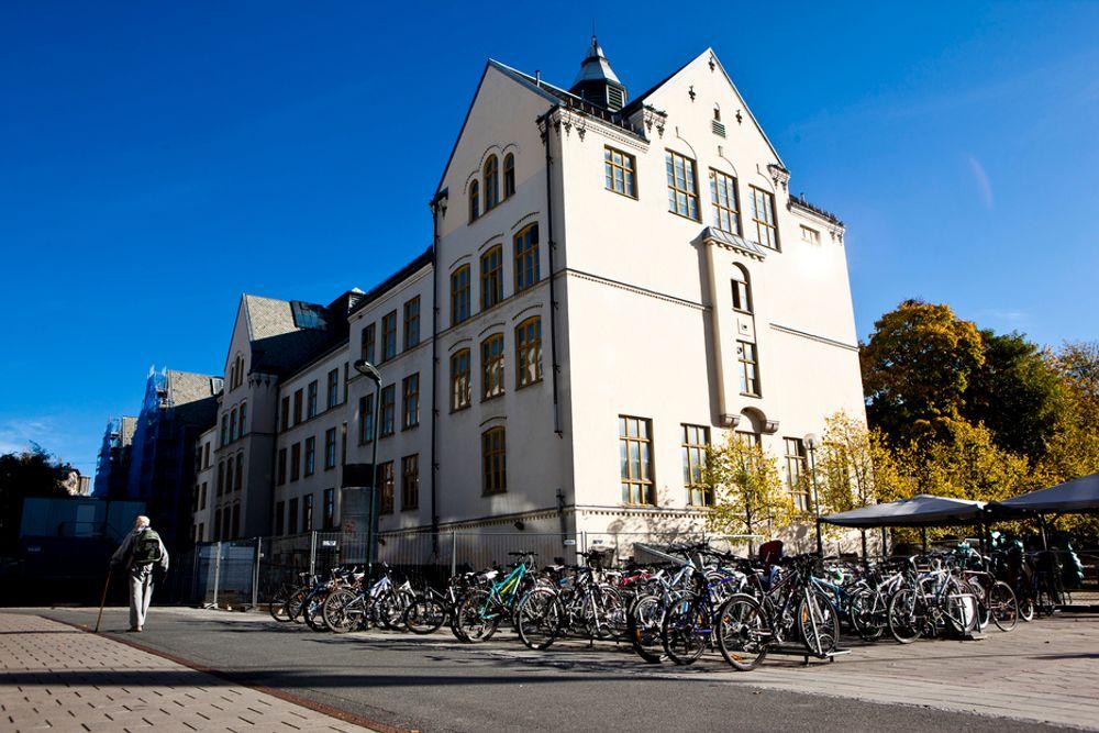 Tilsynelatende normalt på Majorstuen skole torsdag formiddag. Alle Oslo-skolene er stengt eller omorganisert på grunn av eksplosjonsfare i brannslokningsapparater.