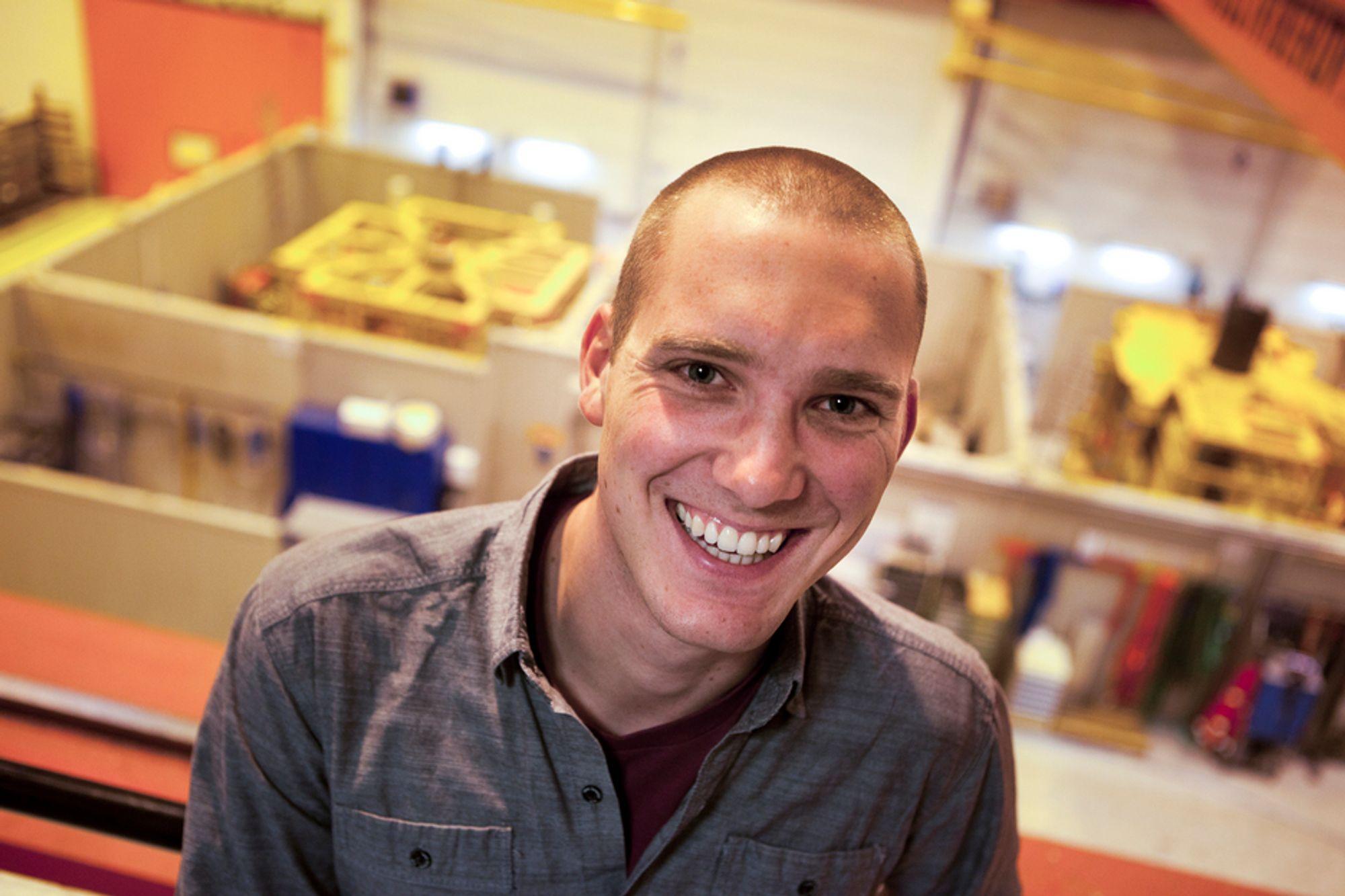 GÅR MOT STRØMMEN: Tradisjonelt er studenter som gjennomfører en næringsrettet PhD ansatt hos forskningsinstitusjonen. Det snur Aker Solutions opp ned på nå. De har ansatt Johan Wesmann (26) fra NTNU i en fast stilling, noe som gjør ham til en av de få i Norge som har fast PhD- stilling hos en bedrift.