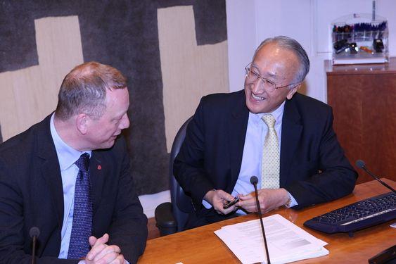 IEAs direktør Nobuo Tanaka besøker Norge og statssekretær Per Rune Henriksen i forbindelse med IEAs dybdeanalyse av Norges energipolitikk.