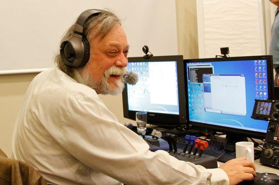Fred Solli lager flyoppdrag hver uke for vennegjengen som samles for å fly flysimulatorer sammen over internett.