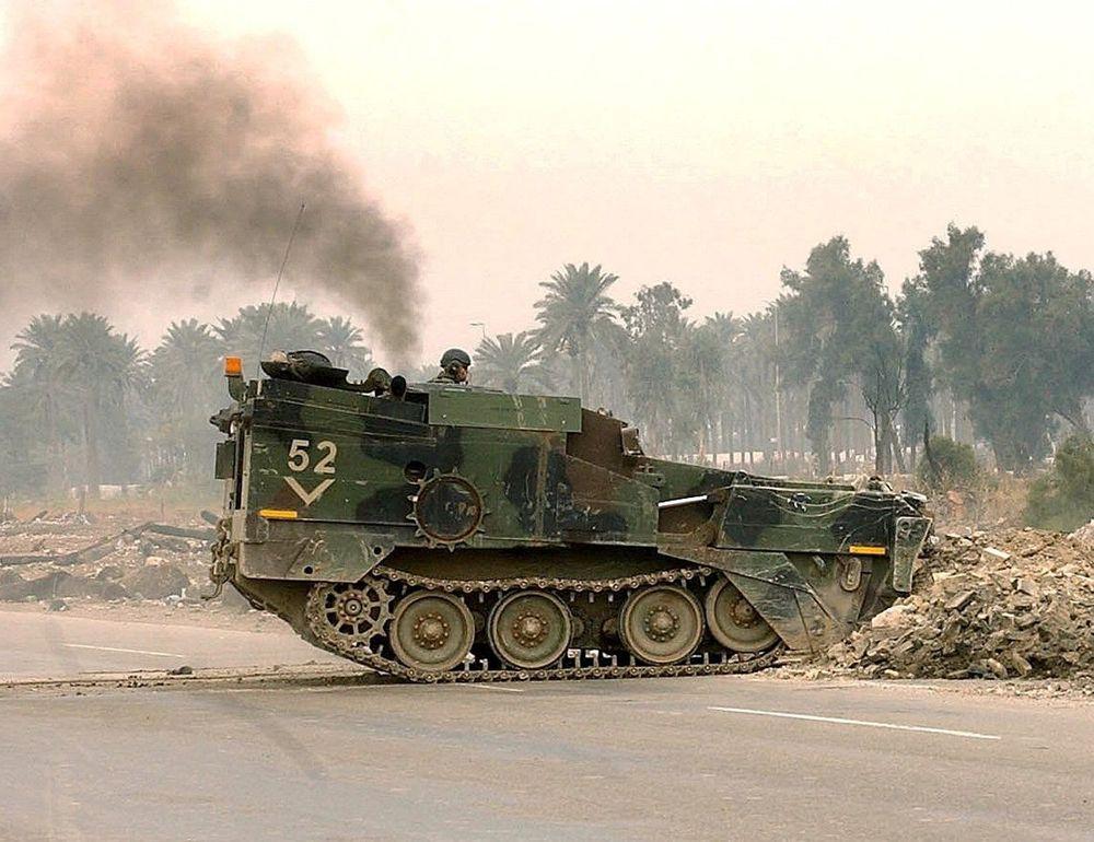 RYDDER: En spesialbygget beltevogn rydder vei i Irak. Amerikanerne har satt inn et utall slike, inklusive spesialvogner de har kjøpt fra Sør-Afrika. FOTO: US ARMY