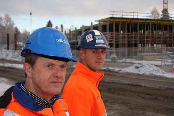 prosjektleder Bjørn Lyngstad i OPAK (foran) og prosjektleder i Skanska, Staale Haakull. kommunehus Nesodden kommunesenter