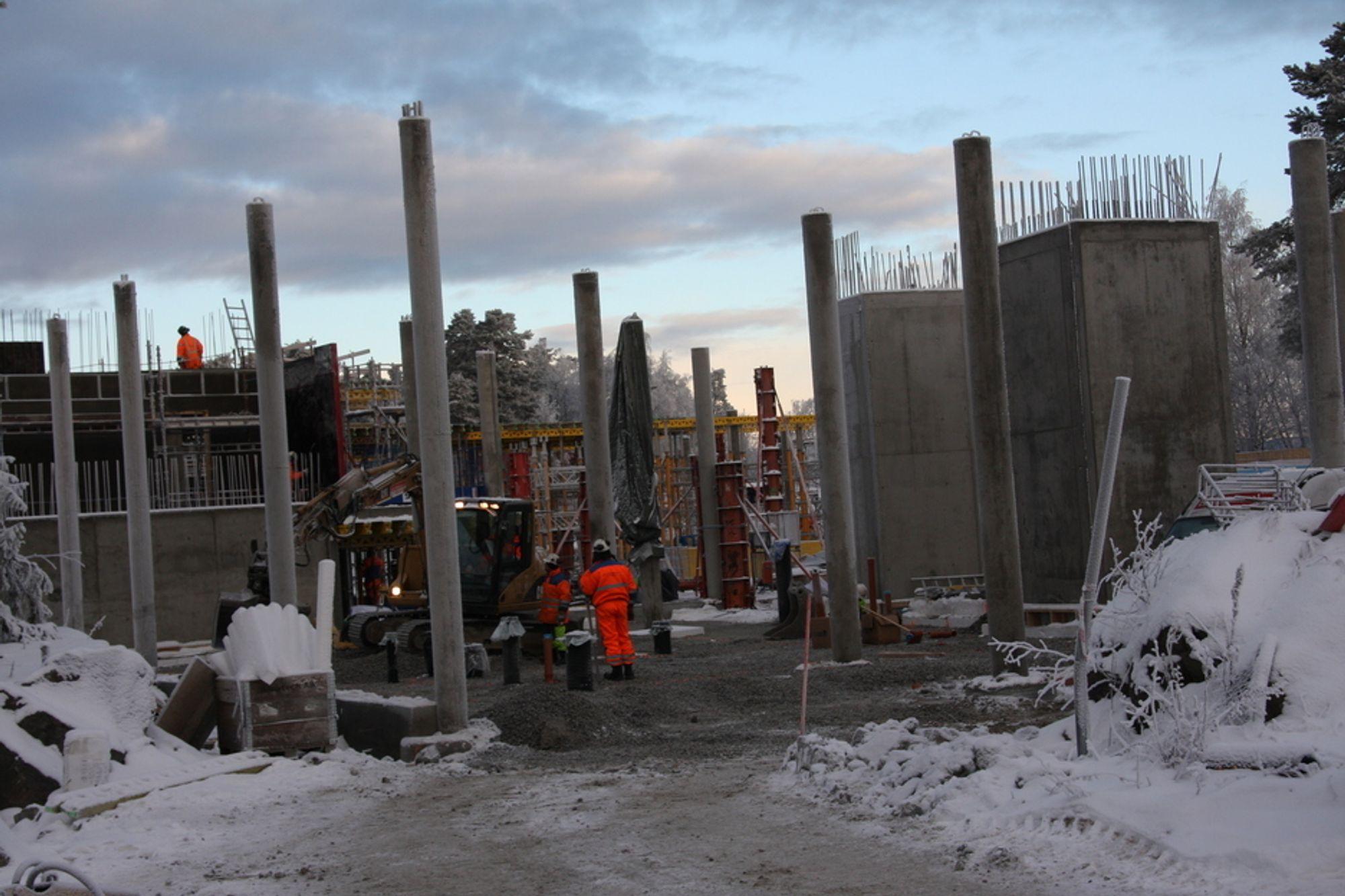 FULL AKTIVITET: Til tross for streng vinter er det full byggeaktivitet der Nesoddens nye kommunehus skal stå på Tangen.