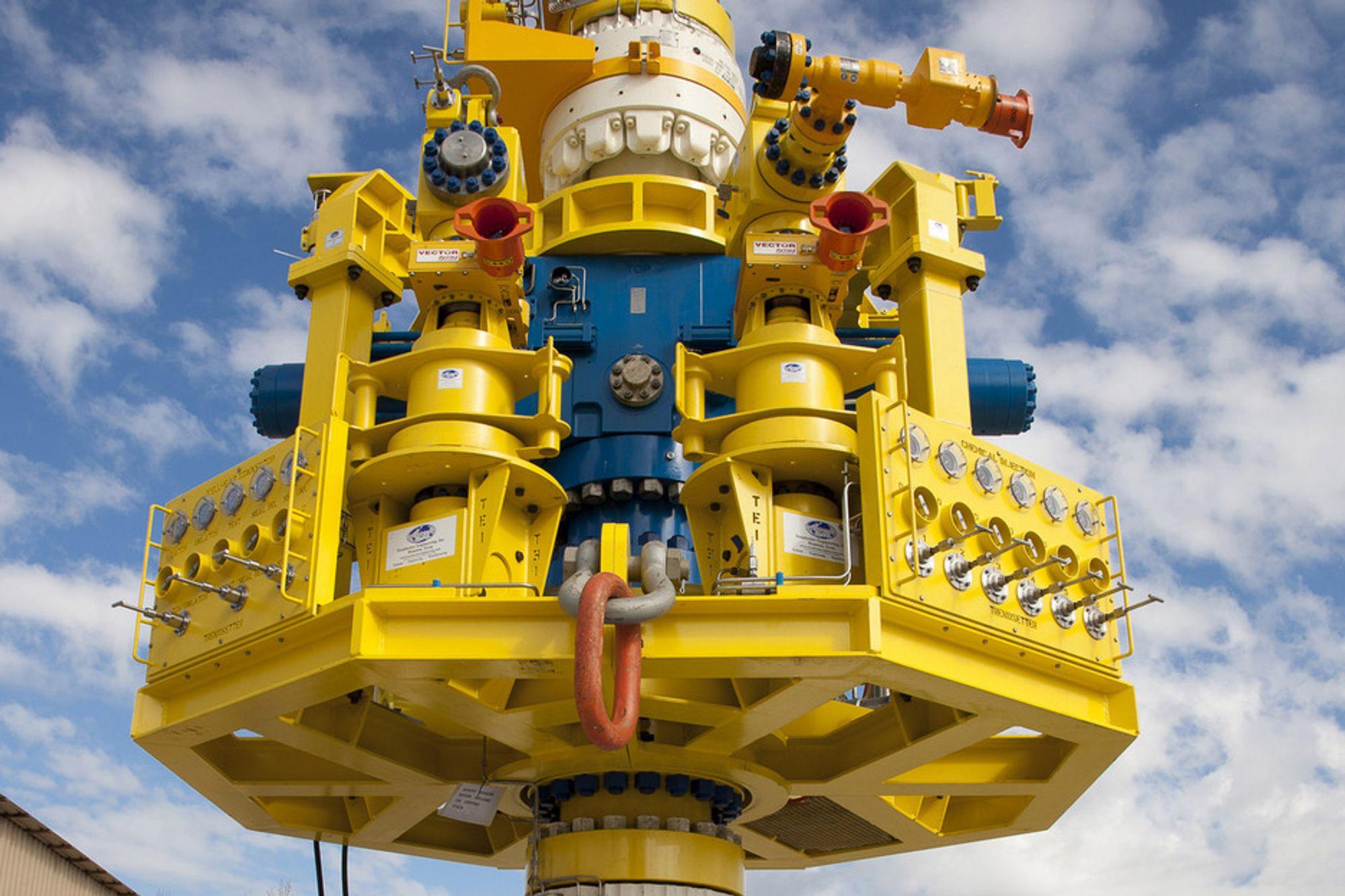 STOR VENTIL: Marine Well Containment Company har bygget en enorm stålhette som skal gjenvinne kontrollen over en oljebrønn med utblåsning. Systemet skal kunne håndtere hele 60 000 fat olje per dag