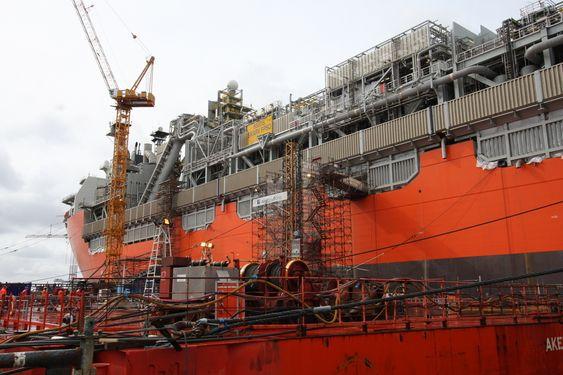 STOR DREIESKIVE: Turreten er navet i skipet - det er her alle stigerør kommer opp og forankringen skjer gjennom turret og ned til havbunnen. Toppen sees rett til høyre for krana.