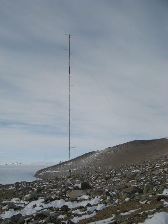 Vindmålermast som harlogget vind på Troll i Antarktis