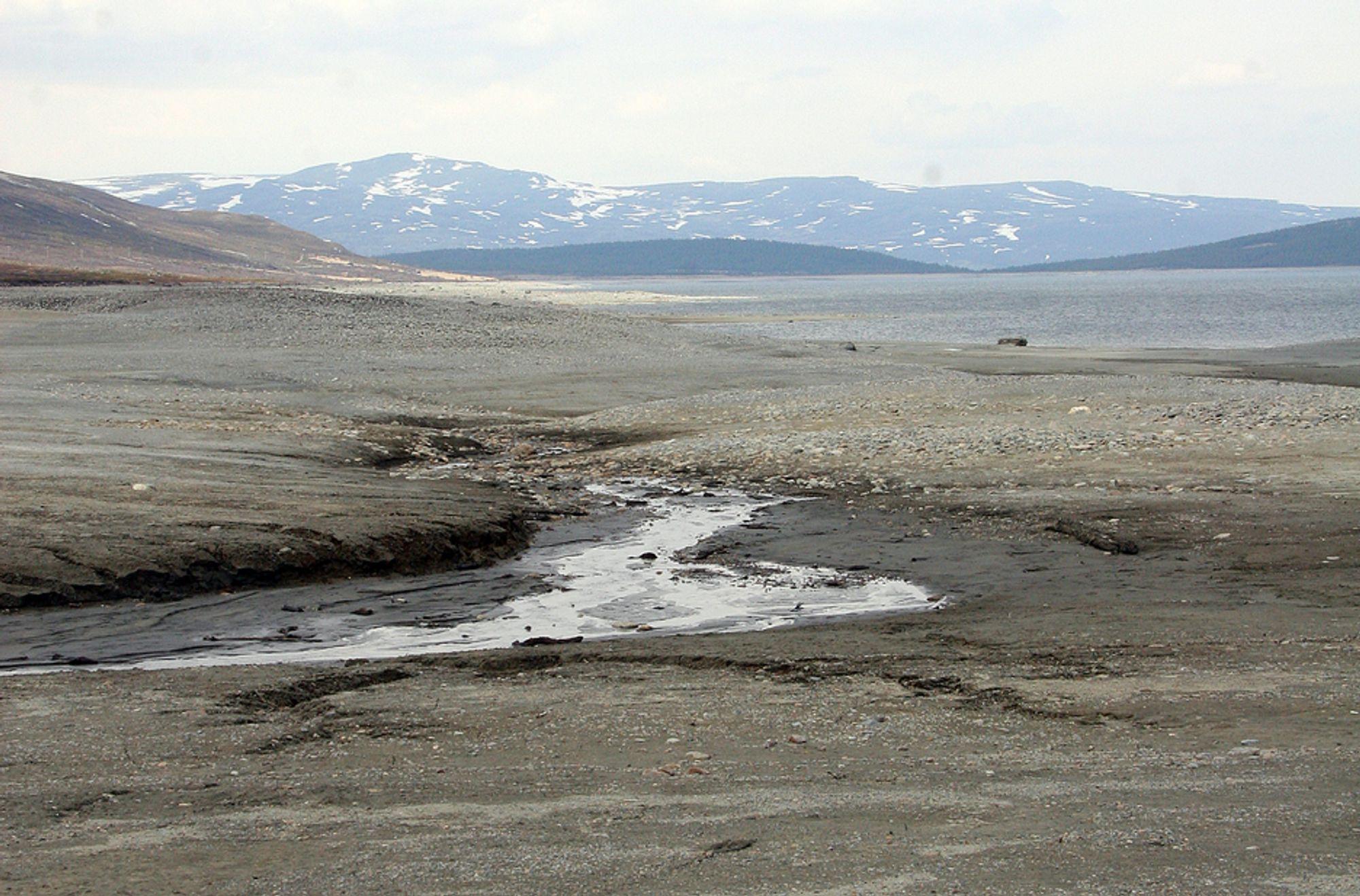 FØLELSESLADET: Det store fjellvannet Tesse i Lom kommune er redusert til en liten dam omgitt av en ørken av stein og sand. Fem ordførere har jobbet for å endre dette bildet.