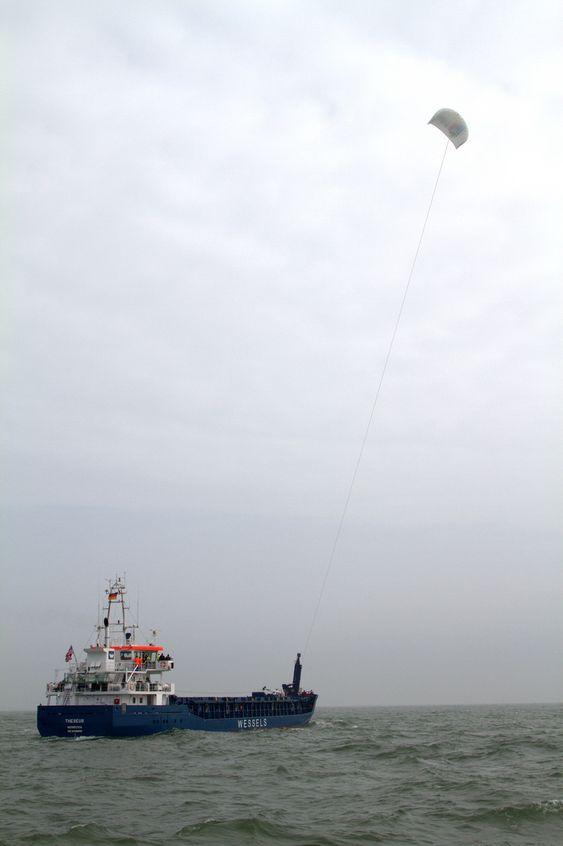 SPARER: Skipet MV Theseus med drageseilet oppe. Ifølge Skysails vil et typisk lasteskip spare mellom 20 og 35 prosent drivstoff og dermed tilsvarende reduserte utslipp, ved bruk av drageseil.
