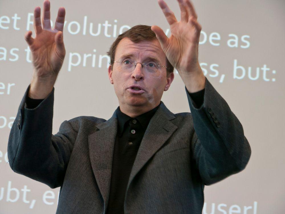 FØLELSER: Professor Michael Nelson varsler en fremtid om ti år med ekstreme mengder datatrafikk, der alt logges og lagres og hvor du kan vise følelser over nettet.