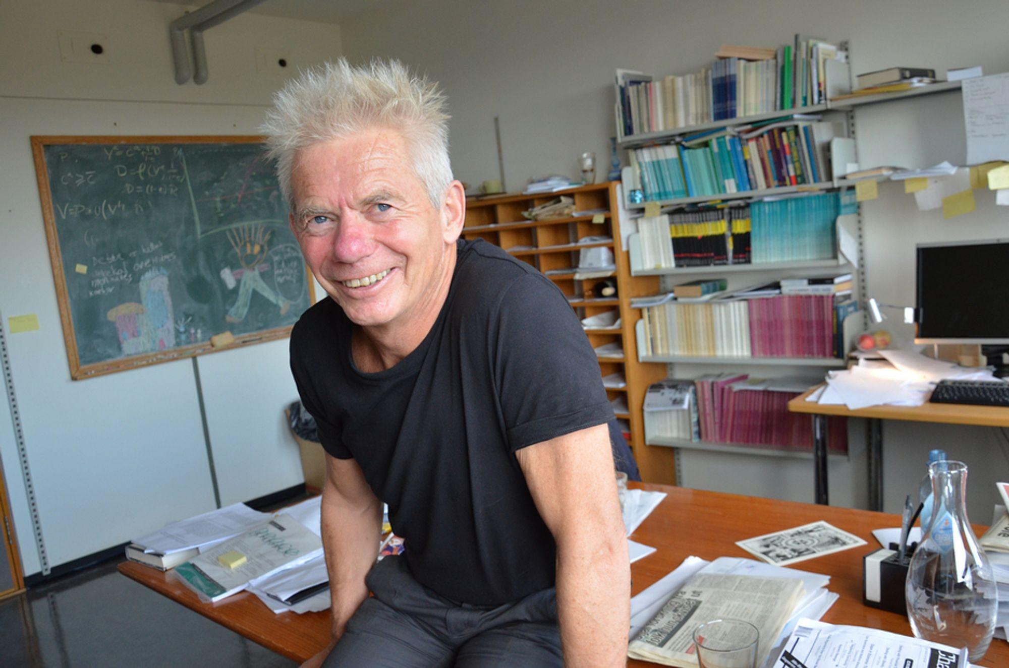 HEDRET: Samfunnsøkonom Karl Ove Moene har grunn til å smile etter at han fikk Forskningsrådets formidlingspris på 250.000 kroner.